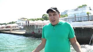 В Одессе на Ланжероне. В море зеленая вода.