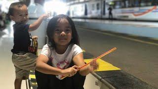 Belajar Kereta di Stasiun   Naik Kereta Api tut tut tut   Kereta Ekonomi Premium Indonesia Keren