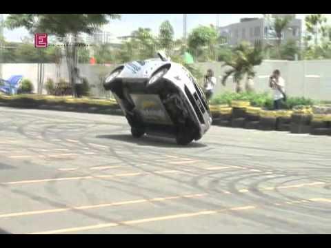 Russ Swift lái xe hơi thăng bằng trên hai bánh.mp4