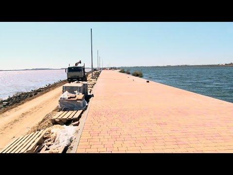 На дамбе сакского солёного озера кипит работа - привью к видео F2NH5w3xV4Y