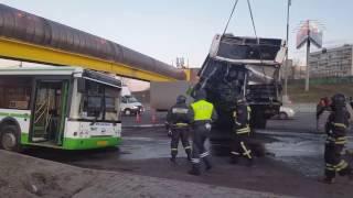 Страшная авария в Москве, на МКАД! 30.03.2017 Автобус разорвало на две части после ДТП с фурой
