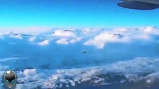 Новое видео НЛО пришельцы следят за российским самолетом(А вот пассажир российского гражданского самолета, который заметил нечто необычное, летящее за их лайнером,..., 2015-12-16T16:38:06.000Z)