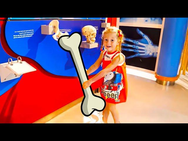 Stacy y papá se divierten en el museo