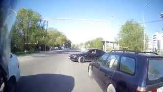 Сбавил скорость как впереди едущая машина, хотя было место для объезда