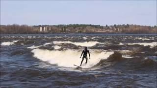 カナダの首都オタワの街中を流れるオタワ川では、春の雪解けの時期だけ...