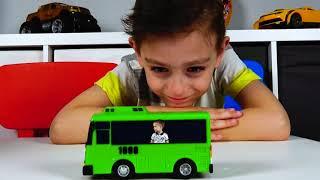 Сёма и Лёва играют с маленькими автобусами Tayo