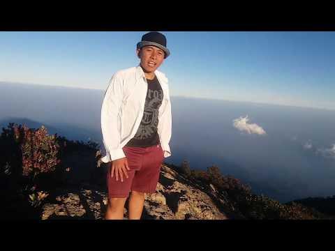 sebuah-perjalanan-kecil---kawan-baru-dan-birunya-puncak-gunung-lawu,-hargo-dumilah-3265-mdpl