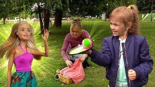 видео: Кукла Барби и Пикник в парке - Дети и Родители на природе.