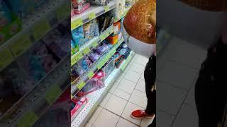 В магазине с сестрой