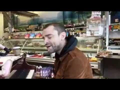 Шамиль, поёт и играет на пианино в магазине