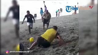 Mantan Kapolda Sumut 'terjatuh' Saat Bermain Bola Di Pantai Papua