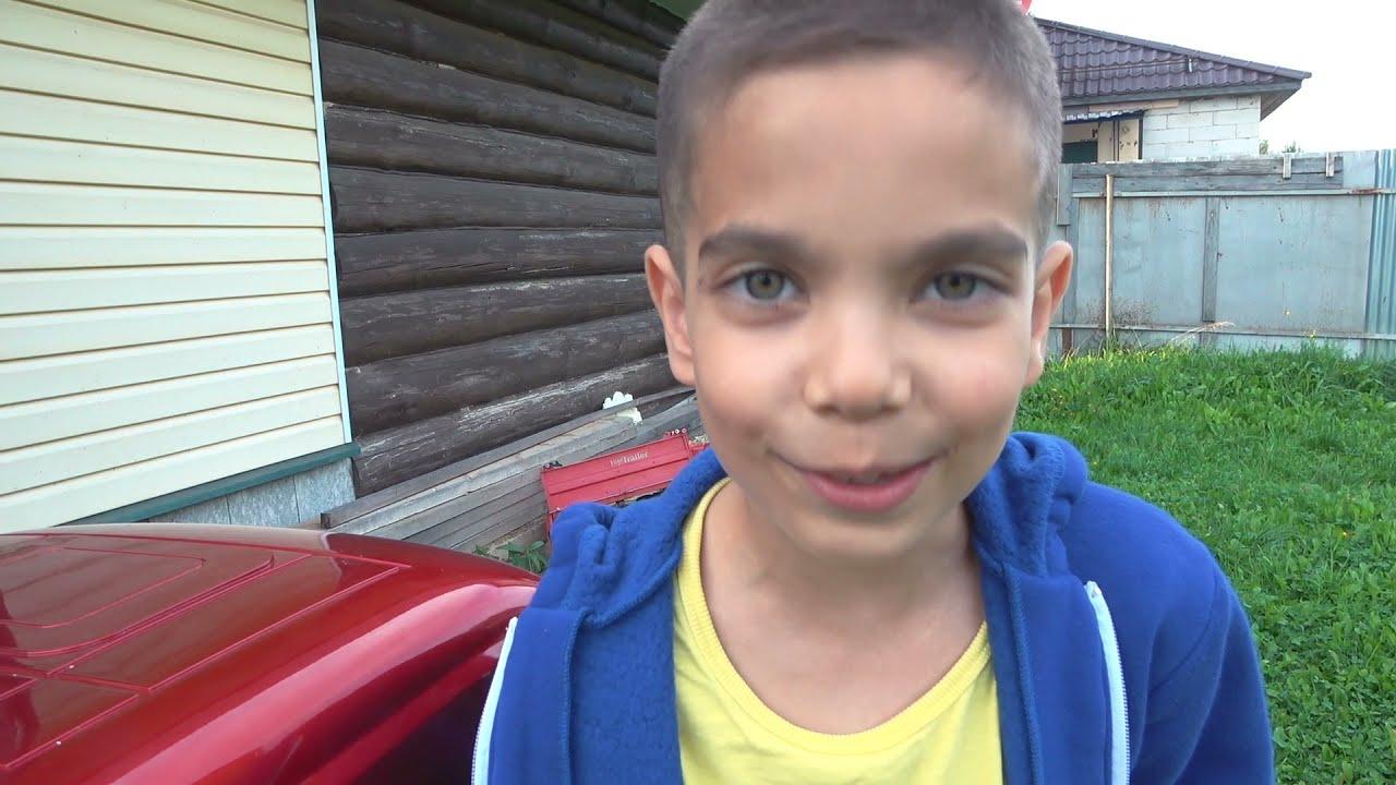 Малыш сиреноголовый в нашей реальности катается на синем тракторе