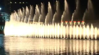 Spectacle des fontaines de Dubaï au Burj Khalifa Lake 4