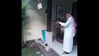 Un arabe qui tire à la Kalachnikov sur fond de darbouka !