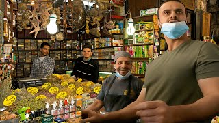 Белый парень внезапно бросает вызов арабскому языку на рынке, шокируя местных жителей