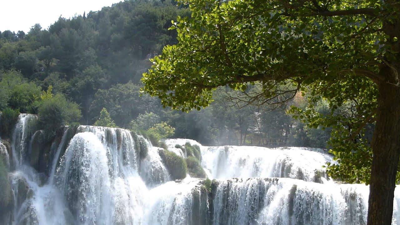 8782 agua de una cascada cae con fuerza raw paisajes for Cascadas con piedras naturales