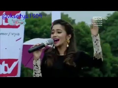 """Tina Datta sings the song of """"Uttaran"""" to big audience, Indonesia, 2016"""