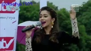 "Tina Datta sings the song of ""Uttaran"" to big audience, Indonesia, 2016"