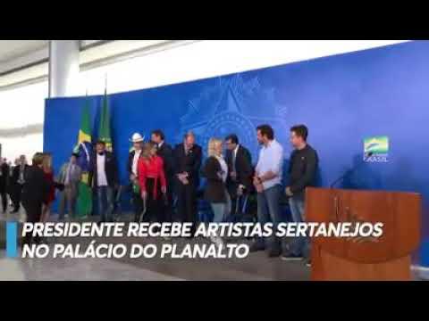 Bolsonaro recebe cantores sertanejos no Planalto