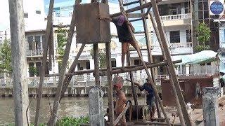 Đội Thi Công Thần Thánh (đóng cọc bê tông trên sông mỏng manh quá)/dangerous job