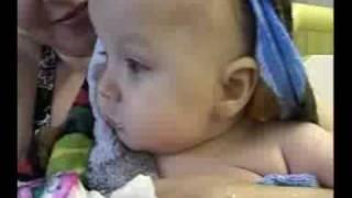 Обучение плаванию новорожденных детей в бассейне(Другие видео примеры (обучающие видео уроки) обучения плаванию новорожденных детей в бассейне проводимых..., 2009-02-10T18:55:05.000Z)