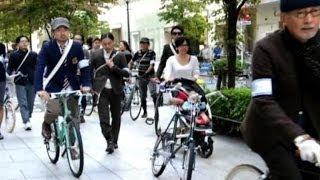 Un'invasione di ciclisti in tweed apre la Tokyo fashion week