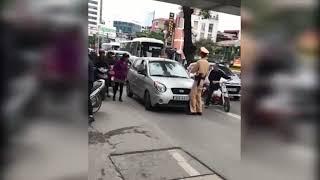 """Clip:Nữ tài xế lái ôtô hết kiểm định, """"ủn"""" CSGT"""