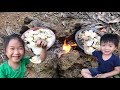 Primitive Technology - Roasted Clams on Clay - Cooking with Little Girl