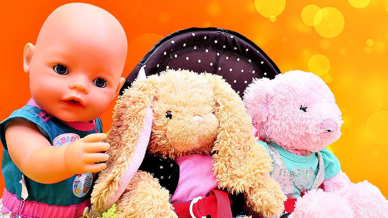 La bebé viste a los juguetes de peluche. Como mamá. Baby Born en español