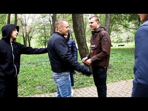 Гопники нарвались на уличного бойца / Один ушатал четверых