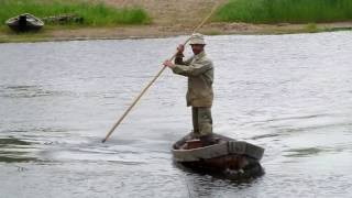 Уфтюжанин Анатолий Вешняков (Гурич) на лодке мчится через Уфтюгу к нам из д. Подберезная