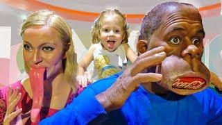 Настя и папа посетили детский музей и встретили необычных персонажей cмотреть видео онлайн бесплатно в высоком качестве - HDVIDEO