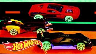 HW GLOW WHEELS™ IN TUNNEL RUN | Hot Wheels