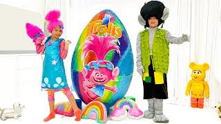 Katy y Max sus sorpresas en huevos