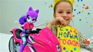 #Поделки на новый год: открытка своими руками от Рарити #Эквестрия. Игры для девочек с #ПОНИ(Скорее смотри новое видео для девочек от #Эквестрия Герлз (Пони) и Кристины. Рарити (эквестрия) и Кристина..., 2016-12-30T11:09:25.000Z)