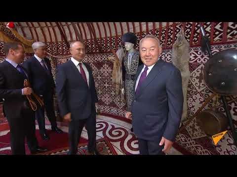 Путину и Назарбаеву преподнесли яблоки и показали павильон 'Казахстан'