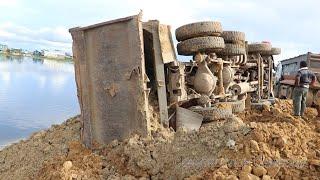 ឡានបែនចាក់ដីក្រឡាប់ Fail Daewoo dump truck overturned - recovery by 2 Komatsu bulldozer