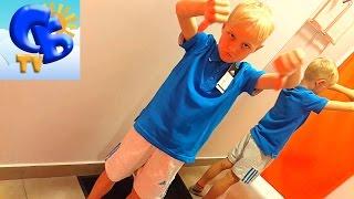 Батл магазинов детский Адидас и Адидас стоковый Battle Adidas Kids and Adidas stores stock