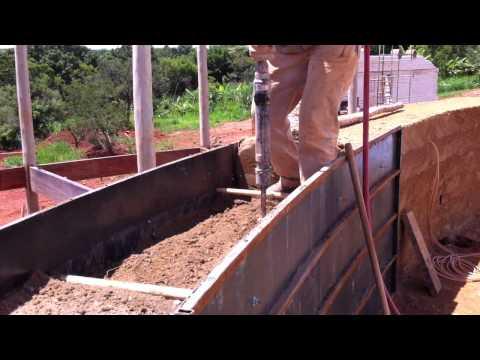 Execução de parede estrutural de Taipa de Pilão