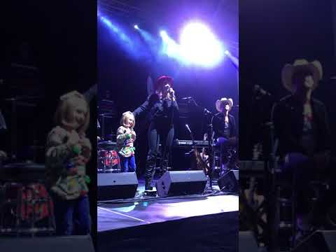 Lauren Alaina Singing Road Less Traveled With A Little Fan