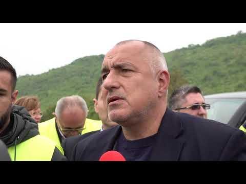 """Министър-председателят Бойко Борисов направи инспекция на строителните дейности при участъка Ябланица-Боаза на АМ """"Хемус"""". """"От 15 май полагат трите пласта асфалт, ще влязат в сроковете"""", каза премиерът Борисов пред медиите. Той посочи, че до края на 2022 година има реална възможност АМ """"Хемус"""" да стига до Плевен и подчерта, че правителството активно работи за изграждането на цялата автомагистрала. """"Финансовият министър е обезпечил плащанията, регионалният министър си действа по отделните лотове. Ние сме чували всякакви глупости - кой какво прави за """"Хемус"""". Всъщност тя е направена до Ябланица и въобще няма проект, никой никога не е мислил да прави """"Хемус"""". А всички говорят за Северозапада, за Северна България и т.н. Аз съм убеден, че с построяването на"""