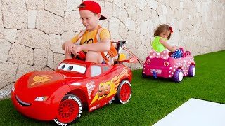Max y Katy viajan en sus autos