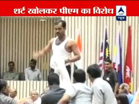 Lawyer strips, raises slogans during PM Manmohan's speech