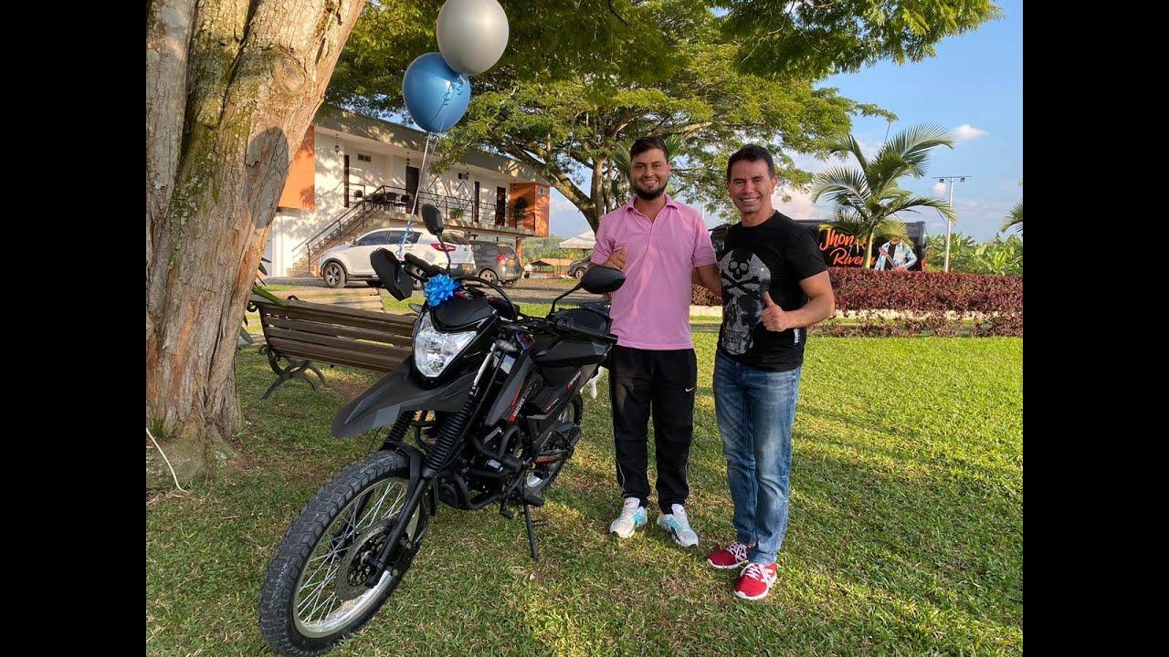 Gracias a Jhonny Rivera y AKT, Leiner cumple el sueño de tener su propia Moto