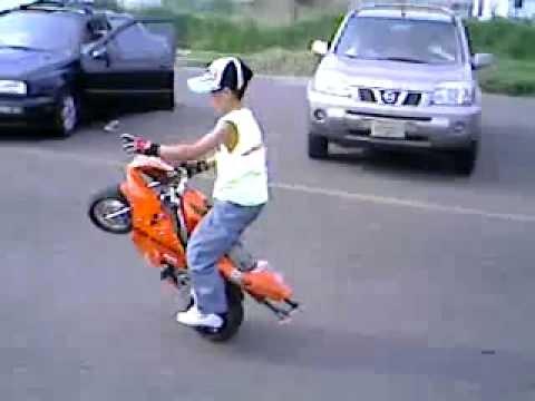 un funny petit qui l ve en moto un peu fou sans casque faut dire qui g re 2012 youtube. Black Bedroom Furniture Sets. Home Design Ideas