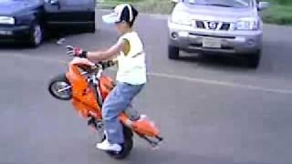 Un funny petit qui lève en moto un peu fou sans casque, faut dire qui gère 2012