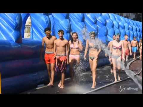 City Slide Milano conquista tutti: coda in costume per scivolare (LaPresse)