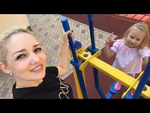 Алиса в КРУТЫХ кроссовках UFO с подсветкой ИГРАЕТ на детской площадке !! Мими Лисса