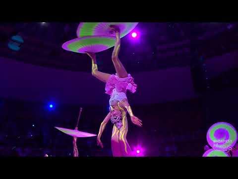 A fesztivál fellépői - Chinese National Acrobatic Troupe - esernyőzsonglőr-szám