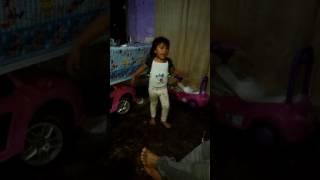 Danna cantando y bailando